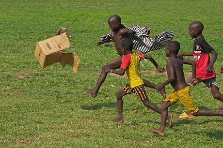 Những cậu bé Ghana chơi đá bóng (Ảnh: Terry White)