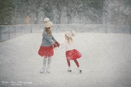Hai cô bé Estonia trượt băng (Ảnh: Elika Hunt)