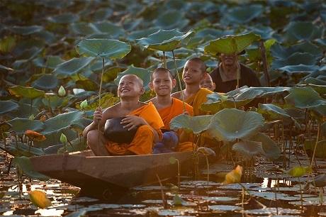 Tuổi thơ của những chú tiểu ở Thái Lan (Ảnh: Sarawut Intarob)