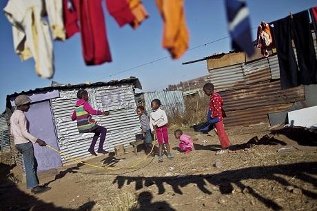 Niềm vui của những em nhỏ sống trong một khu ổ chuột ở Nam Phi (Ảnh: Muhammed Muheisen)