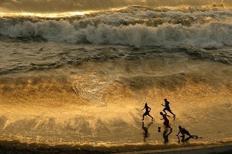 Tuổi thơ bên những con sóng bạc đầu của những cậu bé Peru (Ảnh: Enrique Castro-Mendivil)
