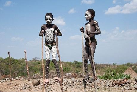 Hai cậu bé thổ dân ở Ethiopia (Ảnh: Csilla Zelko)