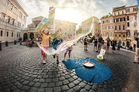 Bong bóng diệu kỳ của những em nhỏ Ý (Ảnh: Michael Potyomin)