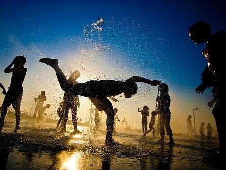 Cách giải nhiệt ngày hè của những em nhỏ Israel (Ảnh: Dima Vazinovich)