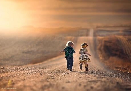 Hai em bé ở miền Tây nước Mỹ (Ảnh: Jake Olson)