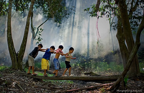 Cùng nhau qua cầu (Ảnh: Hendrik Priyanto)