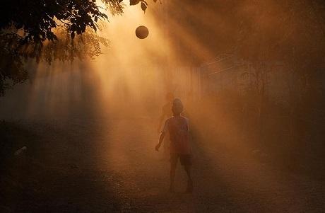 Hai cậu bé Romania chơi bóng trong ánh hoàng hôn (Ảnh: Elena Simona Craciun)