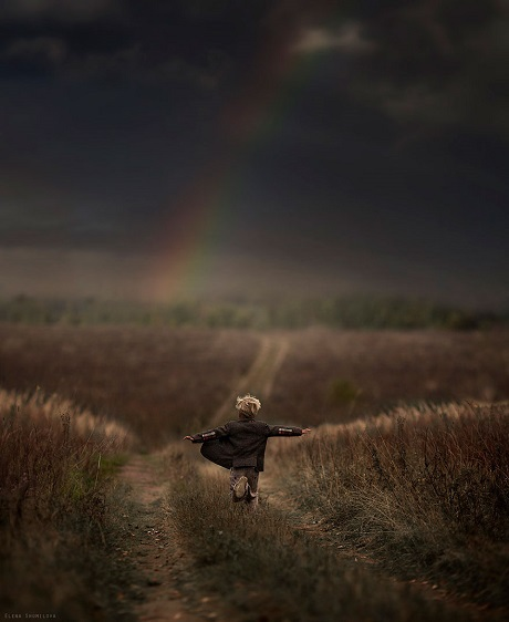 Cậu bé Nga chạy trên cánh đồng (Ảnh: Elena Shumilova)