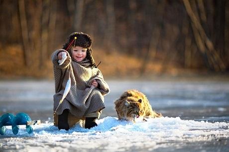 Cậu bé Nga câu cá ngày đông (Ảnh: Svetlana Yashina)