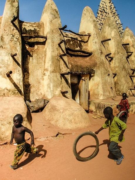 Đồ chơi của những cậu bé Burkina Faso (Ảnh: Òscar Tardío)