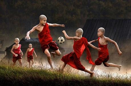 Những chú tiểu ở Myanmar trong giờ giải lao (Ảnh: Chan Kwok Hung)