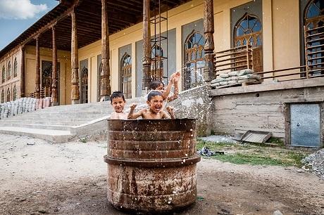 """""""Bể bơi"""" của những cậu bé Tajikistan (Ảnh: Damon Lynch)"""