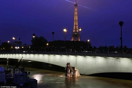 Tháp Eiffel ở hậu cảnh. Bức ảnh cho thấy mực nước sông Seine đã dâng gần tới mặt một cây cầu.