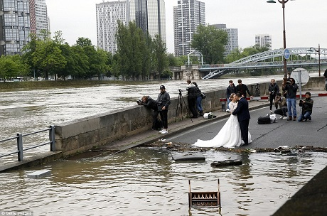 Cặp đôi chụp một bức ảnh bên dòng sông Seine, bất kể việc nhà chức trách yêu cầu người dân tránh xa khu vực bờ sông vì nước vẫn đang tiếp tục dâng.
