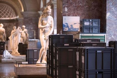Những chiếc hộp này đều đang chứa đựng những tác phẩm nghệ thuật giá trị được đưa lên từ tầng hầm bảo quản của Louvre. Giờ đây, tất cả các tác phẩm này đều được di dời lên tầng cao, đặt trong các phòng trưng bày trước lo ngại tầng hầm có thể sẽ bị ngập.
