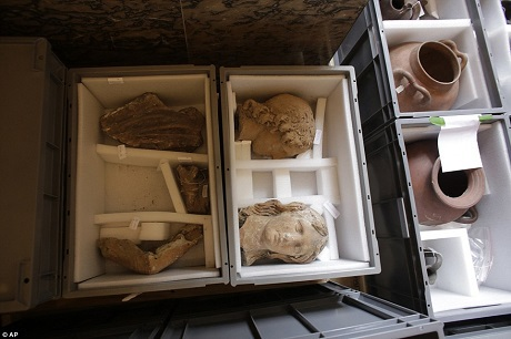 Khoảng 250.000 tác phẩm nghệ thuật đặt ở tầng hầm của bảo tàng Louvre đã được khẩn trương di dời.