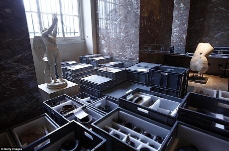 Những tác phẩm nghệ thuật vô giá được đưa đến nơi an toàn khi nước lụt có nguy cơ tràn vào tầng hầm của viện bảo tàng danh tiếng.