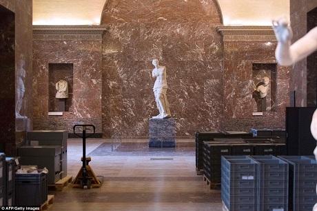 Những hộp đựng tác phẩm nghệ thuật được xếp cạnh bức tượng nổi tiếng khắc họa thần Vệ Nữ.