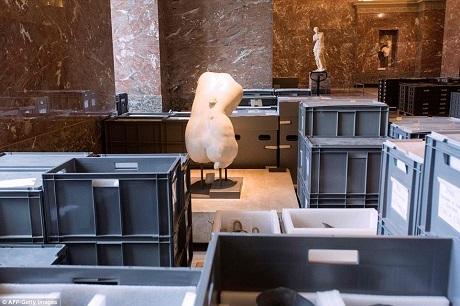 Giám đốc bảo tàng Louvre - ông Jean-Luc Martinez cho biết các tác phẩm nghệ thuật của bảo tàng hiện không phải đối diện với nguy cơ trực tiếp nào, nhưng để di chuyển được số lượng tác phẩm lớn nằm dưới tầng hầm, họ cần khoảng thời gian 72 giờ đóng cửa.