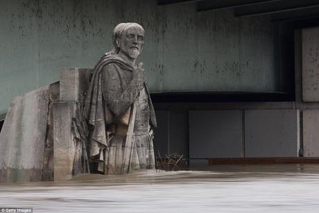 Lần cuối cùng bức tượng người lính Zouave phải đối diện với nước ngập là vào năm 2010, khi đó mực nước chỉ mấp mé chân tượng. Giờ đây nước đã tới ngang hông. Đỉnh điểm nước ngập là năm 1910 khi mực nước lên tới… cổ tượng.