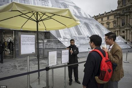 Những du khách không may đến thăm Paris vào đúng những ngày mưa lớn, đường ngập và nhiều công trình văn hóa nổi tiếng buộc phải đóng cửa.