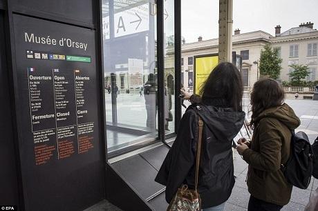 Du khách đến thăm bảo tàng Orsay bên bờ tả ngạn sông Seine cũng buộc phải ra về.