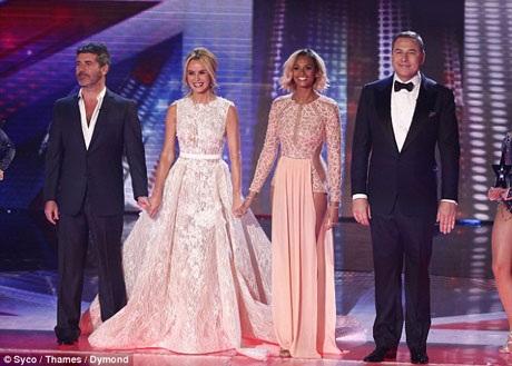 Hai giám khảo đồng hành cùng họ là nhà sản xuất chương trình truyền hình Simon Cowell và diễn viên hài David Walliams luôn trung thành với những lựa chọn trang phục an toàn, chừng mực.