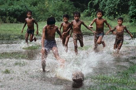 Trong hai bức ảnh đăng tải trên blog và website của Steve McCurry có sự khác biệt - thiếu mất một đứa trẻ.
