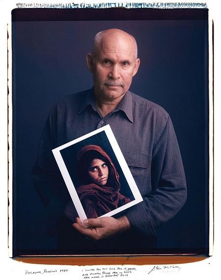 """Nhiếp ảnh gia Steve McCurry và bức ảnh """"Cô gái Afghanistan"""" trứ danh."""