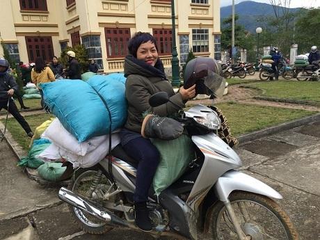 Ca sĩ Thái Thuỳ Linh mặc dù rất bận rộn nhưng vẫn liên tục tổ chức những chuyến tình nguyện lên miền núi mang áo ấm cho trẻ em nghèo.