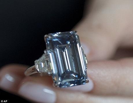 """Viên """"Oppenheimer Blue"""" được bán hồi tháng 5 vừa qua đã trở thành viên kim cương đắt giá nhất thế giới."""
