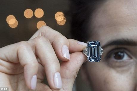 """Viên """"Oppenheimer Blue"""" có trọng lượng 14,62 carat, được cho là viên kim cương lớn nhất mang sắc xanh """"Vivid Blue"""" sẫm huyền bí, viên này đã về tay một người mua ẩn danh."""