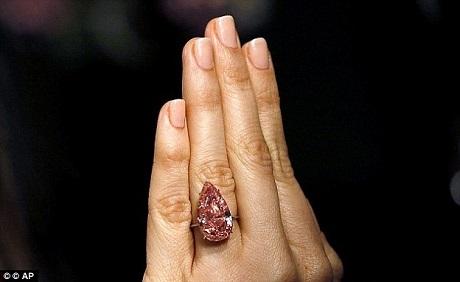 """Viên kim cương hồng """"Unique Pink"""" có trọng lượng 15,38 carat được đánh giá cao vì kích thước, sắc độ mạnh, mức độ đều màu, và mức độ trong suốt của nó."""