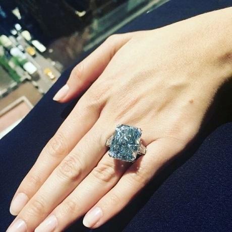 Viên kim cương xanh thô ban đầu được tìm thấy có khối lượng khổng lồ vào hàng kỷ lục thế giới - 122,52 carat, viên kim cương đã qua chế tác vừa được đem bán đấu giá có kích thước 24,18 carat.