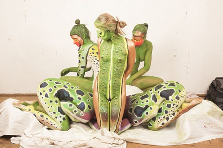 Họa sĩ Johannes Stoetter 36 tuổi đến từ nước Ý. Hiện tại, anh được xem là một trong những họa sĩ body-painting hàng đầu thế giới với khả năng thực hiện tác phẩm trên một dàn mẫu thay vì chỉ một người mẫu như thường thấy.