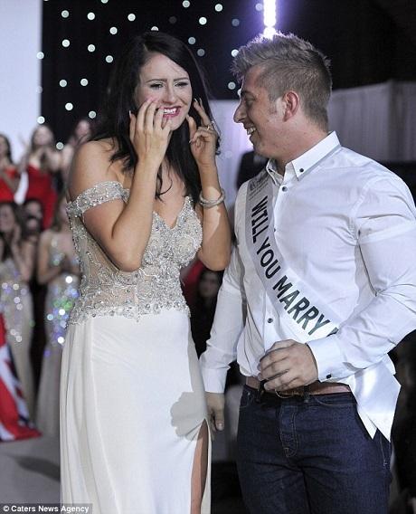 """Amy cho biết cô rất sốc nhưng rất vui khi thấy bạn trai đeo dải băng đề dòng chữ """"Will you marry me?"""" (Em sẽ cưới anh chứ?)."""