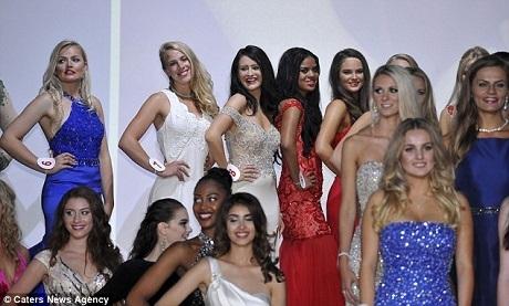 Amy đứng bên những người đẹp khác trong đêm bán kết.