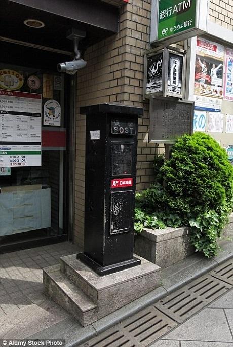 Thường những hòm thư ở Nhật có màu đỏ nhưng hòm thư này được sơn màu đen.
