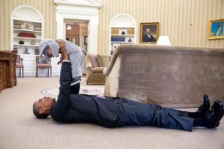 Ông Obama và cô bé Ella Rhodes, con gái của Cố vấn an ninh quốc gia Mỹ - ông Ben Rhodes.