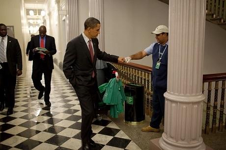Ông Obama cụng tay với một nhân viên dọn vệ sinh trong Nhà Trắng.
