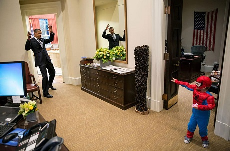 Ông Obama vào vai phản diện, đầu hàng trước một cậu bé trong trang phục Người Nhện. Có thể thấy ông rất yêu trẻ nhỏ và luôn tỏ ra thân thiện với những người con của các nhân viên làm việc trong Nhà Trắng.