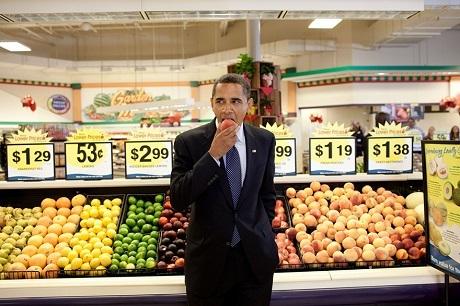 Ông Obama mua một trái đào trong siêu thị sau một cuộc gặp mặt ở tòa thị chính gần đó.