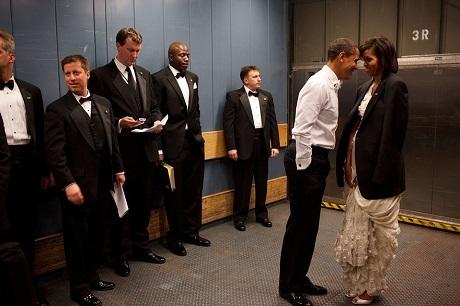 Ông Obama không ngại bày tỏ tình cảm với vợ trước mặt các nhân viên.