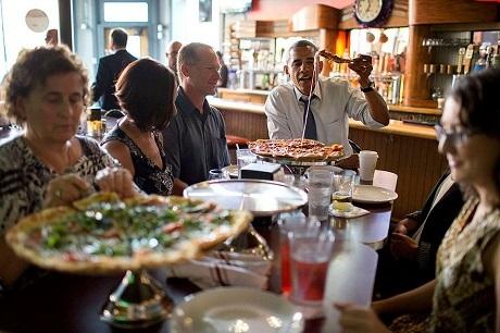 Ông Obama đi ăn pizza với những người dân bình thường, những người may mắn được lựa chọn, họ là những người đã viết những lá thư ấn tượng nhất gửi đến ông.