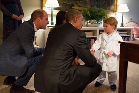 Ông Obama gặp Hoàng tử bé của nước Anh khi Hoàng tử sắp tới giờ đi ngủ.