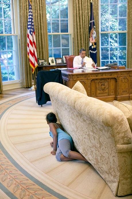 """Khi ngày làm việc của ông sắp đi tới kết thúc, cô con gái nhỏ Sasah trốn sau ghế sofa để chuẩn bị tặng cho cha một sự bất ngờ """"ú tim""""."""