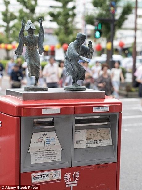 Hòm thư có gắn những bức tượng người đang nhảy múa đặt ở thành phố Tokushima được thực hiện để tôn vinh vũ hội Awa truyền thống.