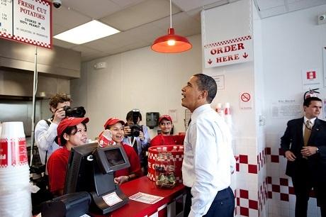 Ông Obama bất ngờ ghé vào một quán ăn nhanh dùng bữa trưa.