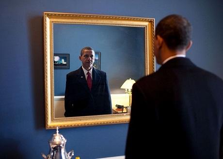 Ông Obama soi mình trước gương, chuẩn bị đi ra ngoài.