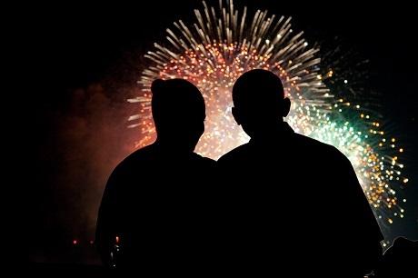Vợ chồng ngài Tổng thống cùng ngắm pháo hoa.